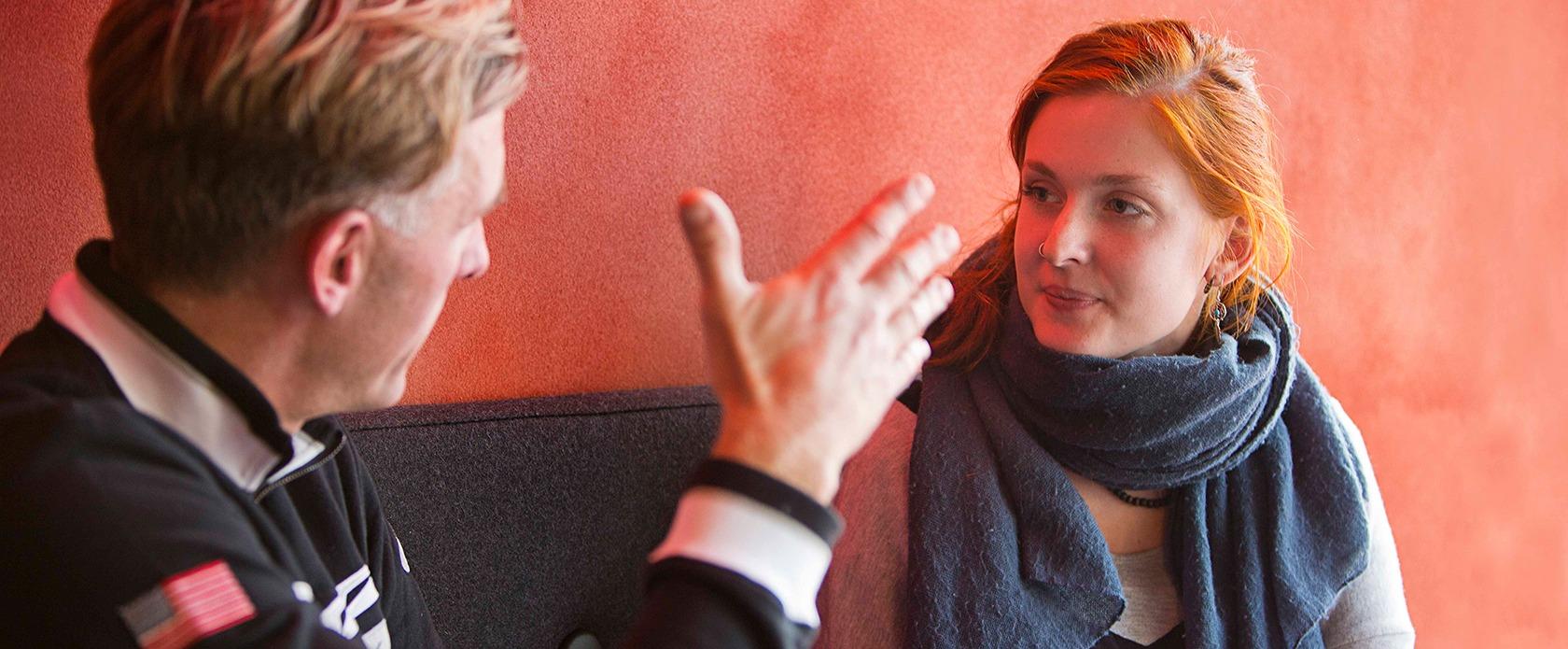 Peter Frøge i samtale med en ung kvinde
