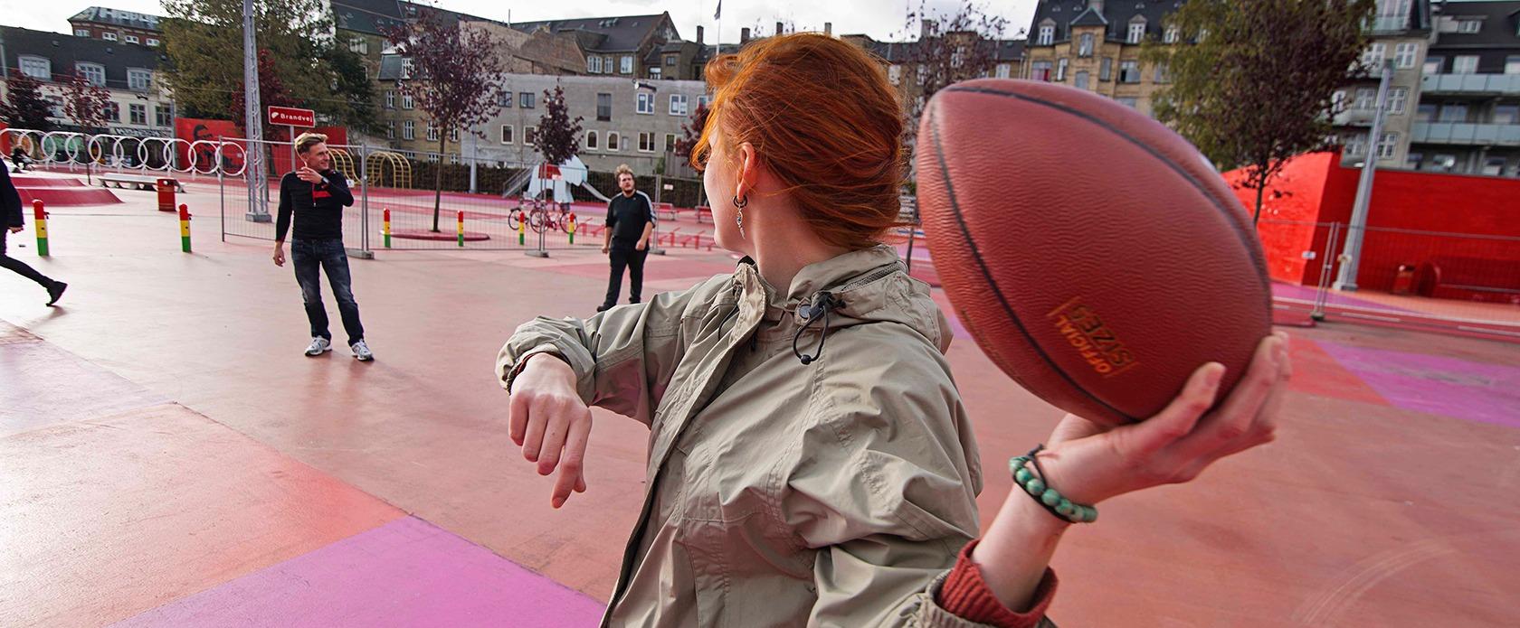 Unge spiller bold i Nørrebro parken